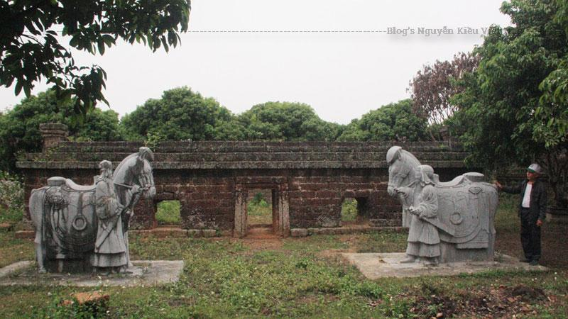 Lăng Dinh Hương xây dựng từ năm 1727 (xuất hiện trước tất cả các lăng mộ vua Nguyễn ở Cố đô Huế). Trong lăng lưu giữ thi hài Quận công La Quý Hầu, tên húy là La Đoan Trực.