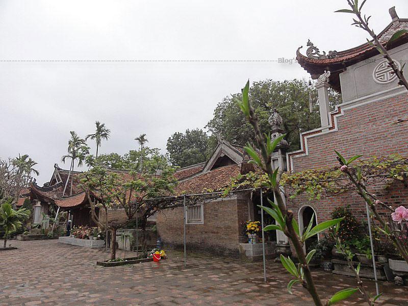 Trước đây, hai bên còn có các dãy nhà Tả vu và Hữu vu, mỗi dãy 18 gian rộng rãi là nơi hàng năm các sư về an cư kiết hạ, và các kiến trúc phụ phục vụ sinh hoạt hàng ngày của tăng ni, Phật tử.