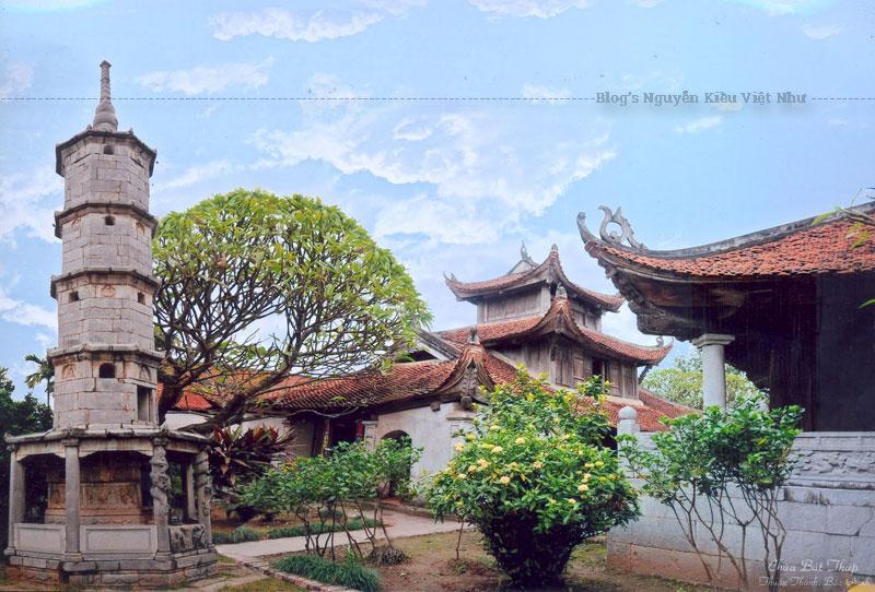 """Chùa chính với ba dãy nhà Tiền đường - Thiên hương - Thượng điện tạo thành chữ """"công"""". Cách bố trí như vậy làm nổi bật điện thờ bên trong với các pho tượng."""