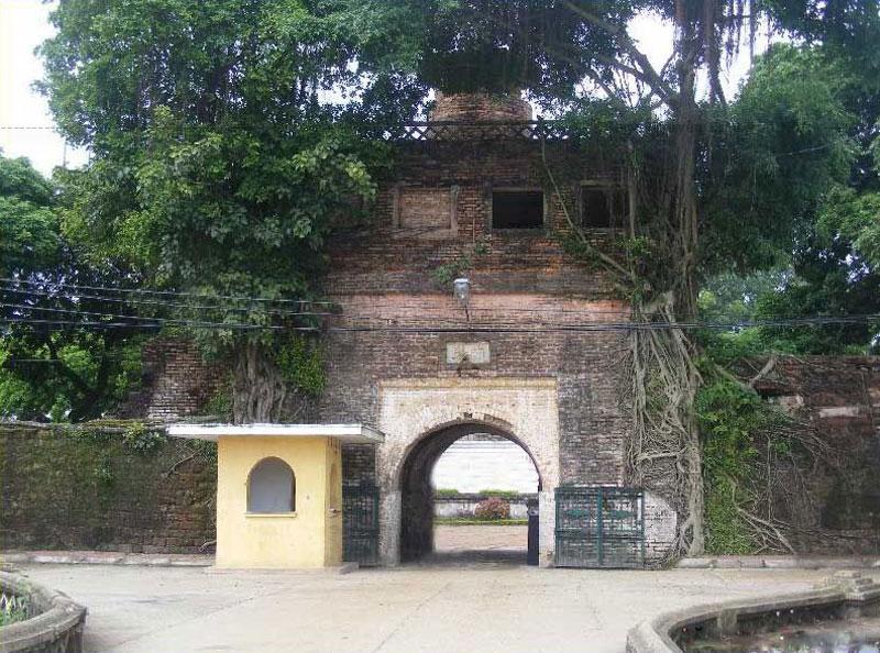 Lúc đầu, thành Bắc Ninh chỉ được đắp bằng đất, cho tới năm Minh Mạng thứ 6 (1825), thành được xây lại bằng đá ong và cuối cùng xây lại bằng gạch vào thời Thiệu Trị (1841).