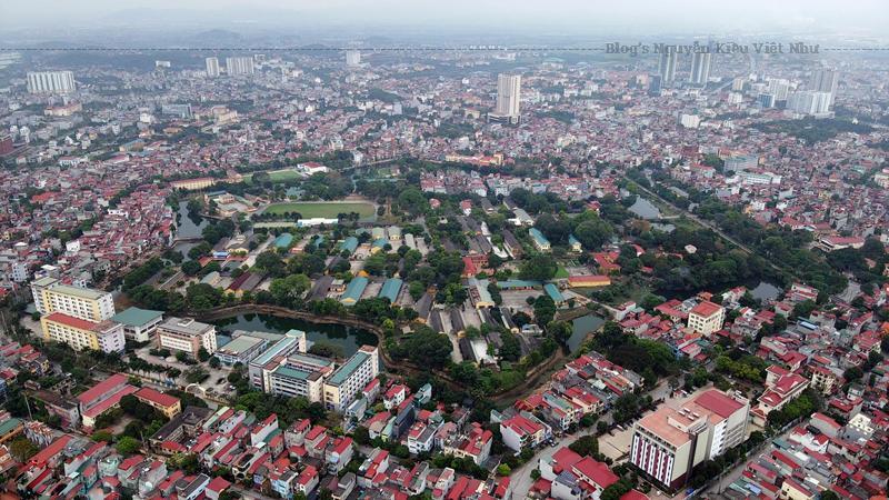Thành trấn Kinh Bắc trước kia được đắp ở Đáp Cầu, thuộc huyện Võ Giàng, tháng 2 năm Giáp Tý (1804), vua Gia Long cho dời đến xã Lỗi Đình thuộc huyện Tiên Du.