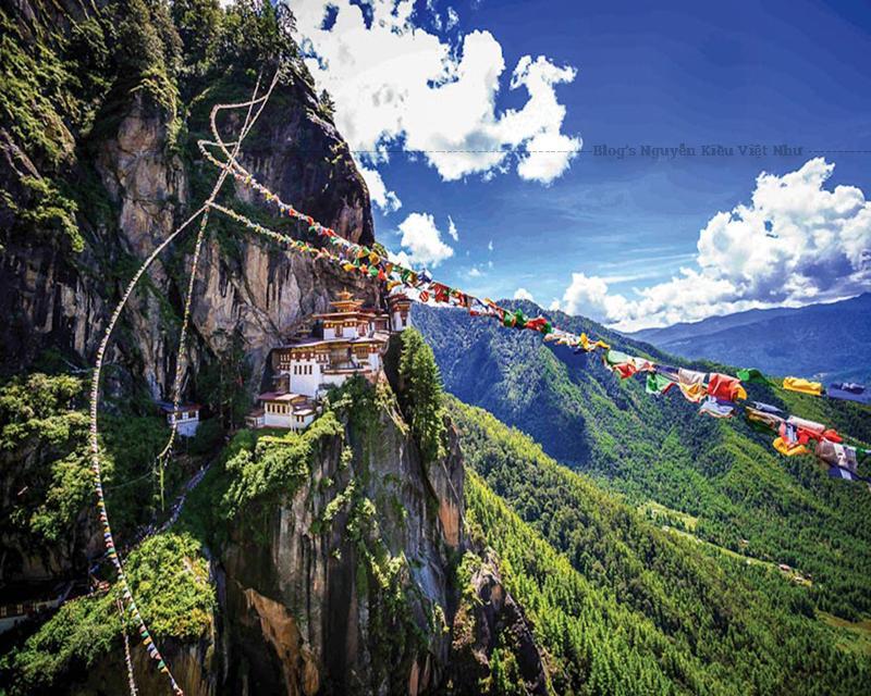 Hệ thống tu viện gồm 3 ngôi đền chính: đền hạ, đền trung và đền thượng.