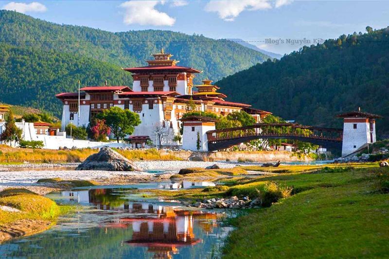 """Ở phía nam sân trong là một đại sảnh với """"hàng trăm trụ cột"""" được xây dựng thẳng hàng ngay ngắn tạo thành một lối đi (khoảng 54 cột). Phía trong cùng đại sảnh đặt một bức tranh lớn miêu tả cuộc sống của đức Phật được thực hiện bởi druk desi thứ hai của người Bhutan."""