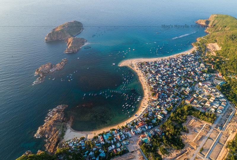 Bãi biển Quy Nhơn nằm ngay ở trung tâm thành phố, sở hữu đường cong giống như vầng trăng khuyết với biển xanh, cát vàng kéo dài 5 km.
