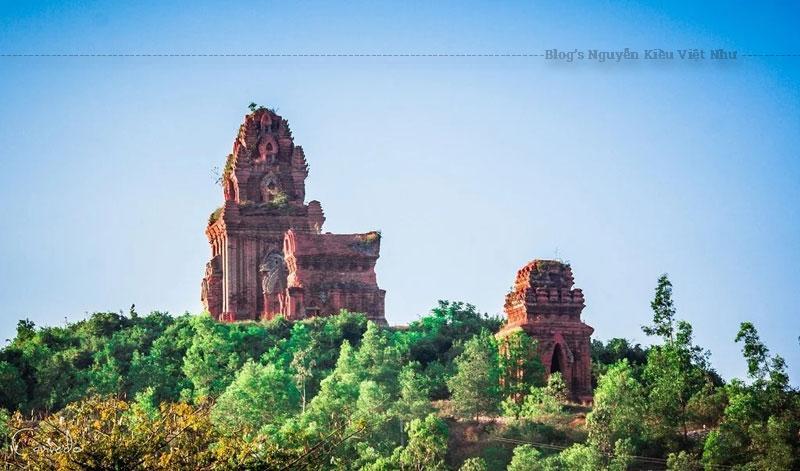 Tháp được xây dựng vào khoảng thế kỷ 10, trong giai đoạn phong cách chuyển tiếp từ phong cách Mỹ Sơn A1 và phong cách Bình Định.