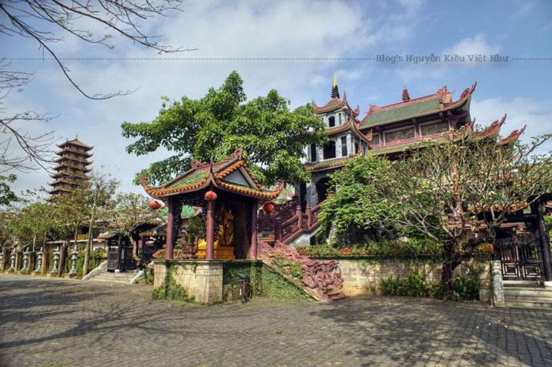 Chùa Thiên Hưng không quá nguy nga, rực rỡ như nhiều ngôi chùa nổi tiếng khác. Tuy vậy lại làm khách viếng thăm vô cùng mê đắm ngay khi đặt chân vào khuôn viên chùa.