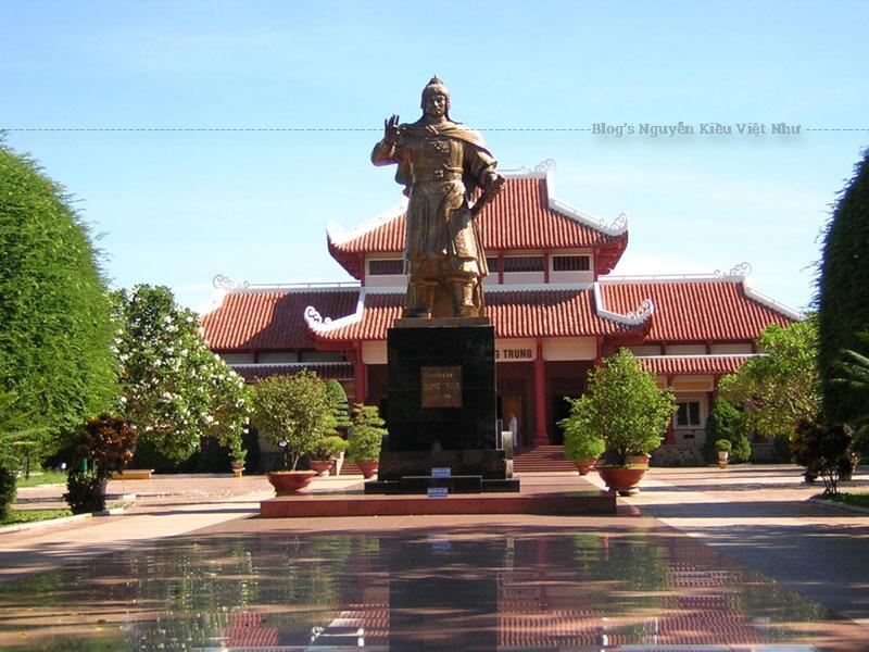 Đến Bảo tàng Quang Trung, du khách không chỉ được chiêm ngưỡng vẻ đẹp kiến trúc, những hiện vật trưng bày mà còn được xem biểu diễn võ thuật và trống trận Tây Sơn.