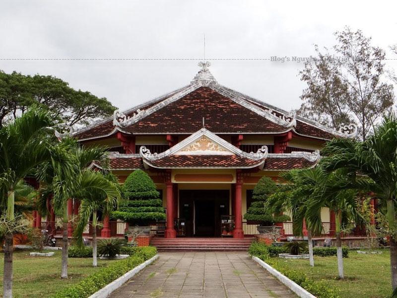 Bảo tàng có 9 phòng trưng bày với những di vật quan trọng liên quan đến phong trào khởi nghĩa Tây Sơn.