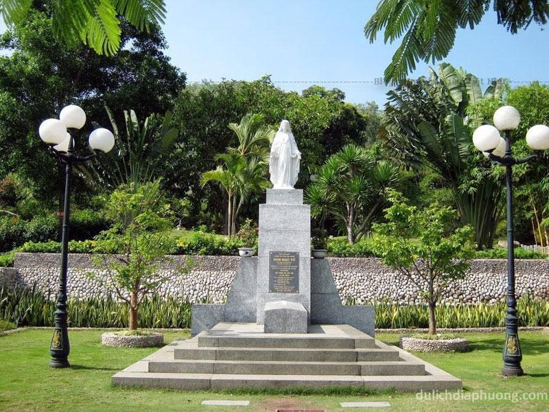 Phía trước là mộ Hàn Mặc Tử, trước mộ là cây thập giá lớn bằng ximăng cao nửa thước. Mộ được kiến trúc theo kiểu tân thời đơn giản hình khối chữ nhật.