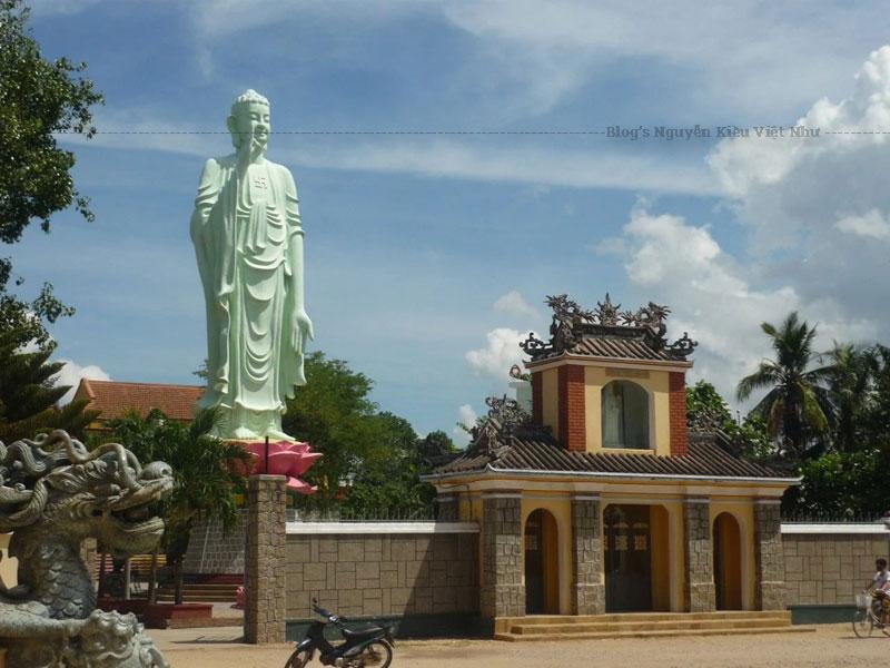 Ngôi chùa do người Hoa xây dựng lên ta có thể thấy một phần hơi hướng kiến trúc của họ trong đó.