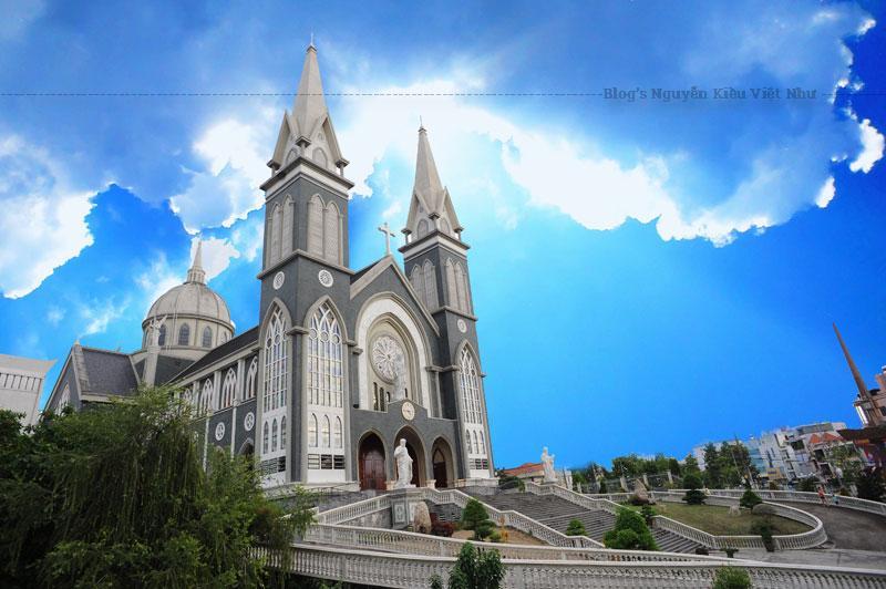 Ngoài không gian thánh đường tôn nghiêm ra thì ở nhà thờ Phú Cường còn có một dãy nhà với những chức năng khác nhau, phục vụ hoạt động tôn giáo. Ví dụ như: nơi học tập cộng đồng, thư viện, văn phòng giáo phận, phòng nghỉ.