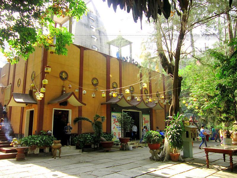 Ngôi chùa này được đại trùng tu vào năm 1992 mang dáng dấp gần giống với kiến trúc của một ngôi chùa ở xứ sở Tây Tạng.