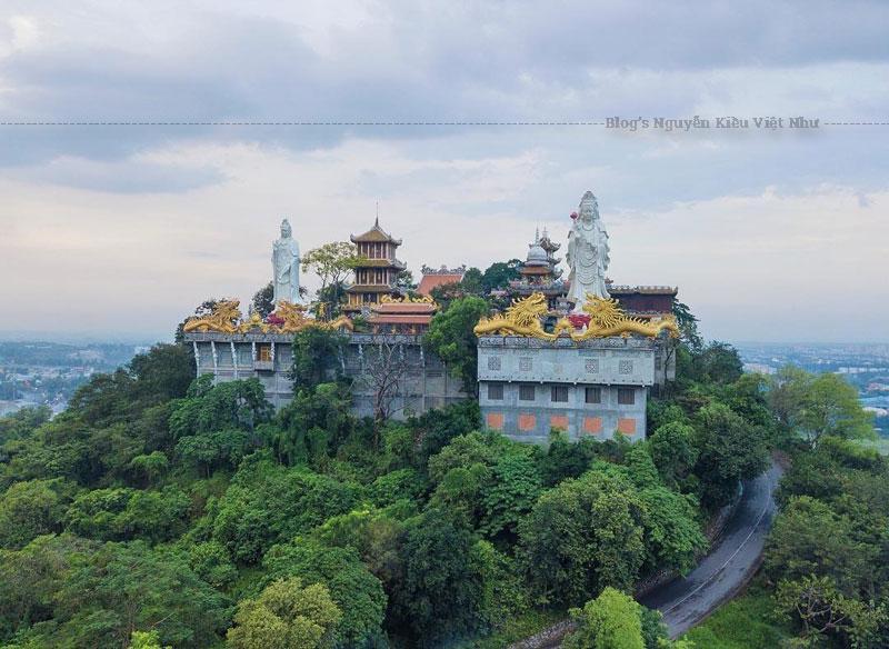 Du khách tới đây tham quan sẽ được tận mắt chiêm ngưỡng những pho tượng Phật, Quán Thế Âm lớn được đúc bằng đồng hoặc đá cẩm thạch. Đặc biệt, nơi đây còn lưu giữ ba pho tượng Phật bằng đá cổ và một tượng Quan Âm bằng gỗ mít có tuổi đời hơn 100 năm.