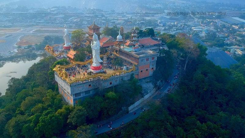 Ngôi chùa là một địa điểm du lịch thu hút rất nhiều khách thập phương tới tham quan bởi không gian huyền ảo và lối kiến trúc độc đáo với nhiều công trình nổi bật.