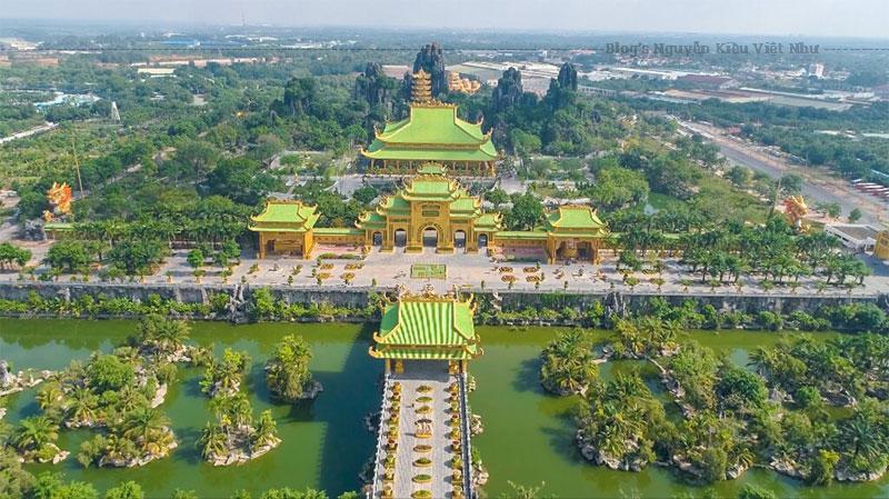 Kim Điện là một công trình được xây dựng dựa theo kiến trúc Việt cổ có diện tích 5.000m² với chất liệu chính là gỗ, đá và mạ vàng. Tuy nhiên có nhiều ý kiến cho rằng công trình mang nét lai căn Trung Hoa và có ít đặc điểm kiến trúc Việt.