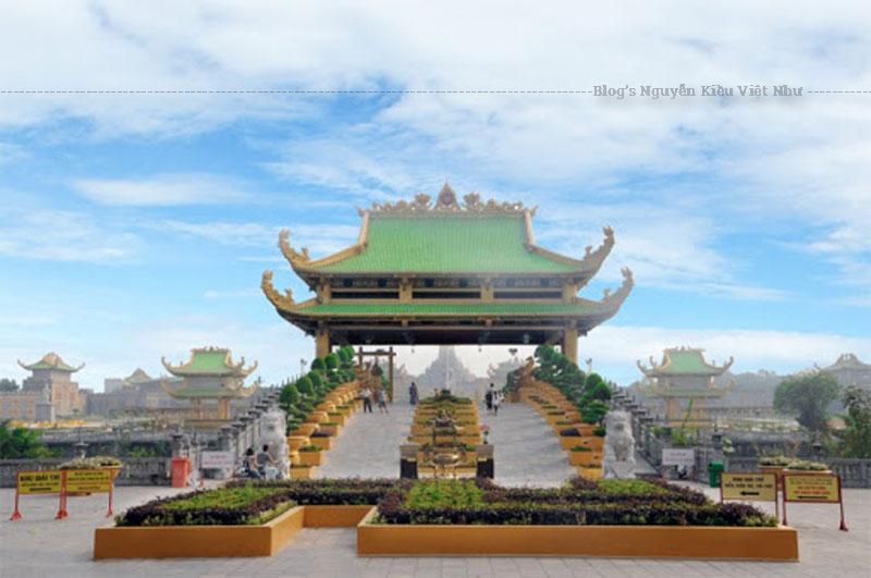 Cổng Thanh Vân được xây dựng bằng chất liệu gỗ hoàn toàn từ trong ra ngoài.