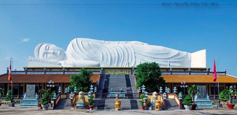 Chùa nằm cách đường cái 150 m. Sau cổng Tam Quan có chạm rồng phụng chùa tọa trên một vùng dất yên tỉnh với nhiều cây cối, đặc biệt là có bốn cây dầu đã được trồng hơn một thế kỷ không bao lâu sau khi chùa được xây lại.