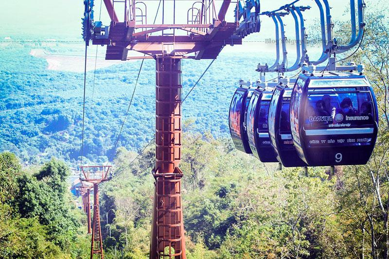 CÁP TREO BÀ RÁ với tuyến cáp treo dài trên 2.000 mét, gồm 19 trụ tháp cao từ 6-30 mét và hơn 32 chiếc cabin loại 6 chỗ ngồi.