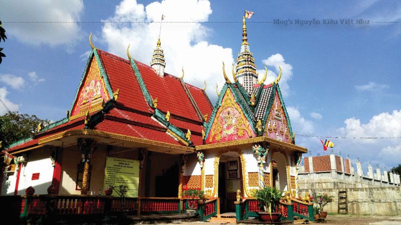 Chùa Sóc Lớn cũng giống như các ngôi chùa Phật giáo Nam tông Khmer khác. Chùa được cấu thành bởi ba yếu tố chủ đạo: cảnh quan, quần thể kiến trúc và nghệ thuật tạo hình (tập trung chủ yếu ở ngôi Chánh điện).