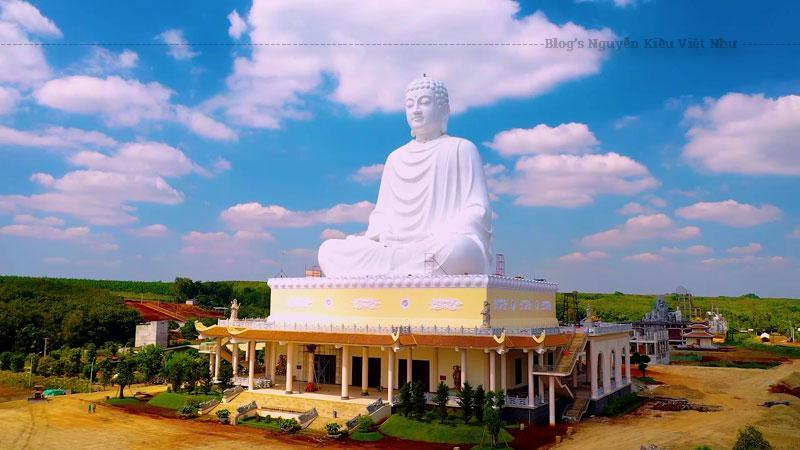 Du khách về chiêm bái Đức Phật cũng hòa mình vào không gian thanh tịnh của ngôi chùa. Được biết chùa Phật Quốc Vạn Thành được xây theo lối kiến trúc giao thoa của Phật giáo Nam - Bắc, là điểm liên kết giữa kiến trúc Phật giáo Việt Nam và văn hóa Nhật Bản.