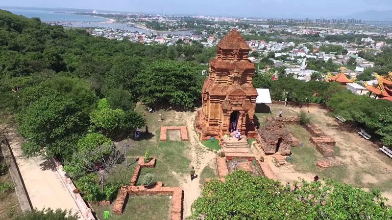 Năm 1992 – 1995, những cuộc khai quật khảo cổ tại đây đã phát hiện ra ngoài 3 tháp chính, khu này ngày xưa có một đền thờ lớn nhưng đền thờ này đã bị chôn vùi sâu dưới lòng đất từ hơn 300 năm.