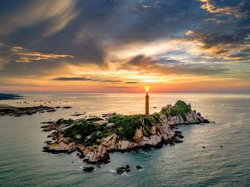 Bên trong hải đăng có 183 bậc thang xoáy trôn ốc bằng thép dẫn đến đỉnh hải đăng cùng hàng chục bậc tam cấp dẫn lên đến đỉnh đèn.