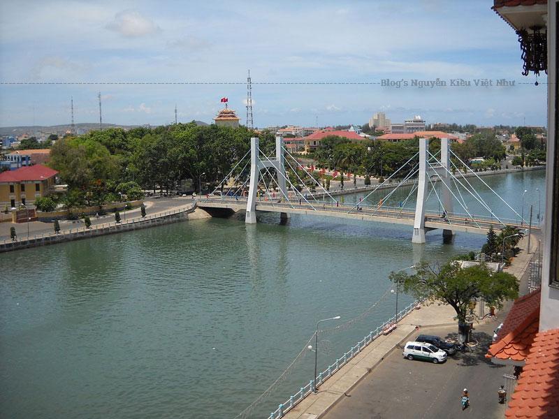 Khi cả thành phố lên đèn, con sông Cà Ty Phan Thiết vẫn cứ êm đềm trôi và lặng lẽ soi bóng những ánh đèn lấp của thành phố. Bất cứ từ góc độ nào, dòng sông này cũng làm mê đắm lòng người bất kể trên cầu, bờ kè hay bất cứ đoạn đường nào mà dòng sông chảy qua.