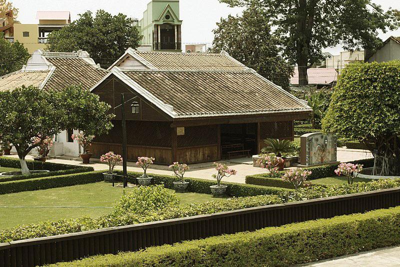 Trường Dục Thanh được xây dựng năm 1907 (cùng năm xây dựng với trường Đông Kinh Nghĩa Thục) nằm ở làng Thành Đức (ngày nay là nhà số 39 phố Trưng Nhị, phường Đức Nghĩa, Phan Thiết).