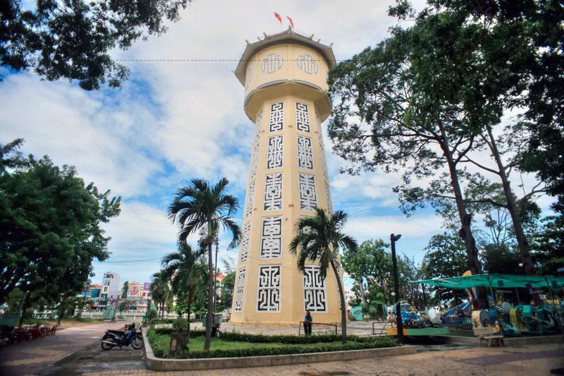 Mỗi ngày làm việc trong tuần, tháp nước phát ra tiếng còi to và dài lúc 7 giờ sáng và 5 giờ chiều để báo giờ hành chính; và một hồi còi đặc biệt vào thời điểm giao thừa Tết Nguyên Đán.
