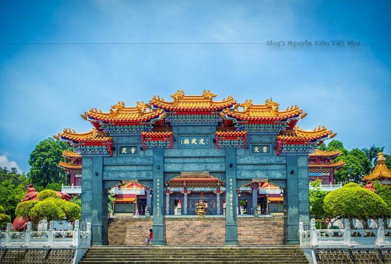 Dọc lối chính bước vào ngôi chùa làm cho du khách ấn tượng với phong cách cổng vòm phía Bắc tượng đài được làm bằng đá xanha. Quảng trường phía trước, có 2 con sư tử bằng chất liệu đá châu sa.