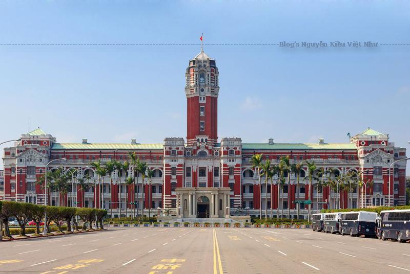 Dinh Tổng thống hiện nay, ban đầu được kiến trúc sư Uheiji Nagano thiết kế trong suốt thời kỳ Đài Loan thuộc Đế quốc Nhật Bản (1895–1945). Ban đầu nó là nơi đặt Văn phòng Tổng đốc Đài Loan.