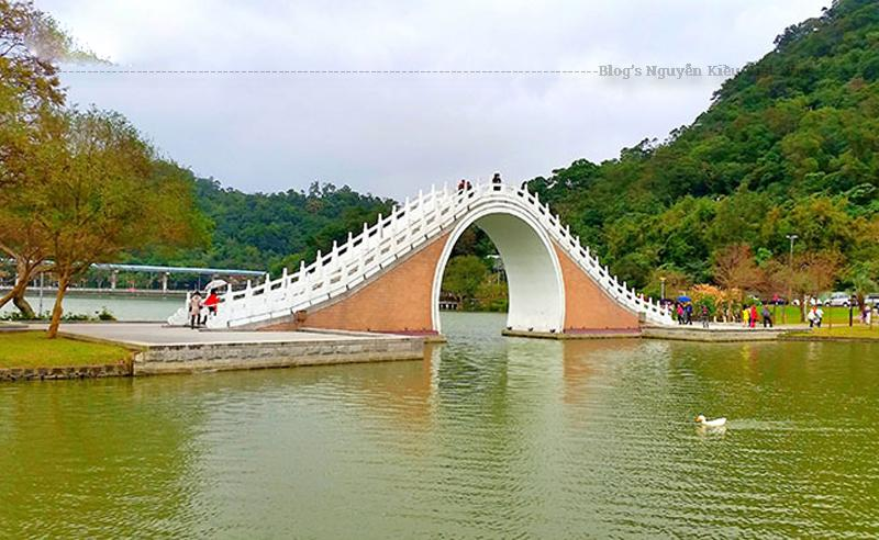 Cầu Mặt Trăng nằm trong Công viên Hồ Lớn, quận Neihu ở Đài Bắc. Đây là một địa điểm rất thu hút khách du lịch của Đài Loan.