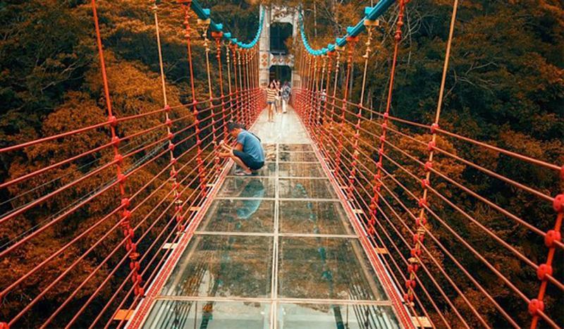 Kể từ khi đi vào hoạt động, Cầu Treo Kính Thủy Tinh Pinglai đã thu hút rất nhiều lượt khách tham quan, không chỉ vì đáy kính độc đáo của cầu mà bởi cảnh quan xung quanh nơi đây cũng vô cùng đẹp đẽ.