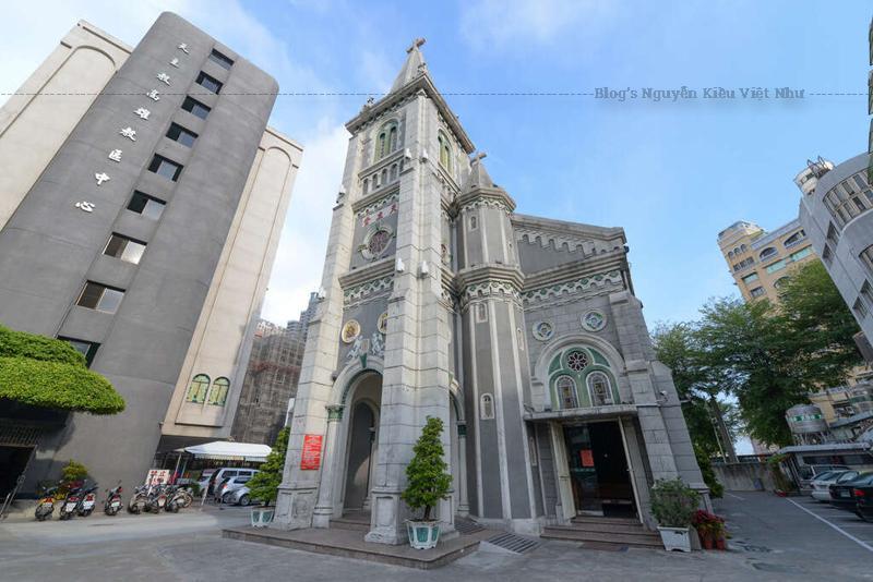 Nhà thờ Holy Rosary có vị trí khá đặc biệt, nằm ven dòng sông Ái Hà tại thành phố cảng Cao Hùng, đây được xem là nhà thờ Thiên Chúa giáo lớn nhất Đài Loan, được xây dựng từ năm 1859, là nhà thờ đầu tiên được xây dựng khi giáo hội Thiên Chúa truyền đạo trở lại tại Đài Loan, đồng thời cũng là cái nôi của giáo hội Thiên Chúa Đài Loan cận đại.