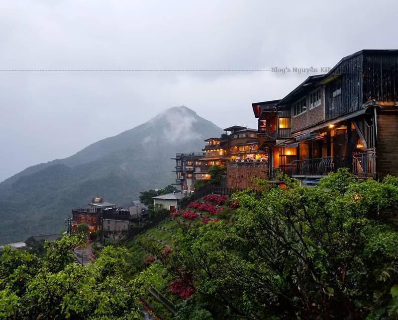 Ngày nay, làng Jiufen trở thành tâm điểm thu hút khách du lịch với vẻ đẹp tự nhiên cuốn hút. Xung quanh trị trấn có hàng trăm cửa hàng, quầy cà phê, nhà hàng, phòng trà cùng với rất nhiều cửa hàng thủ công mỹ nghệ, những đại lộ trải dài tập trung nhiều khách du lịch.