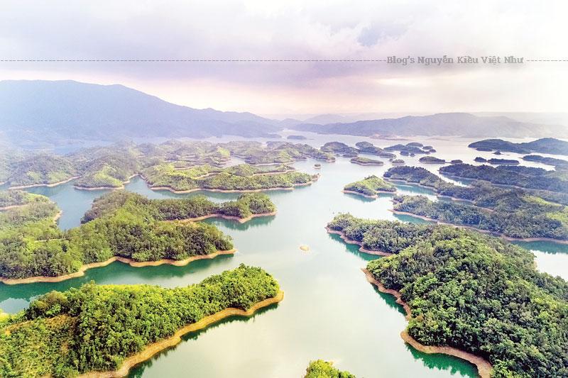 Hồ Tà Đùng nằm ở khu bảo tồn thiên nhiên Tà Đùng của tỉnh Đắk Nông. Nó thuộc cả hai địa phận của xã Đắk P 'lao và xã Đắk Som.