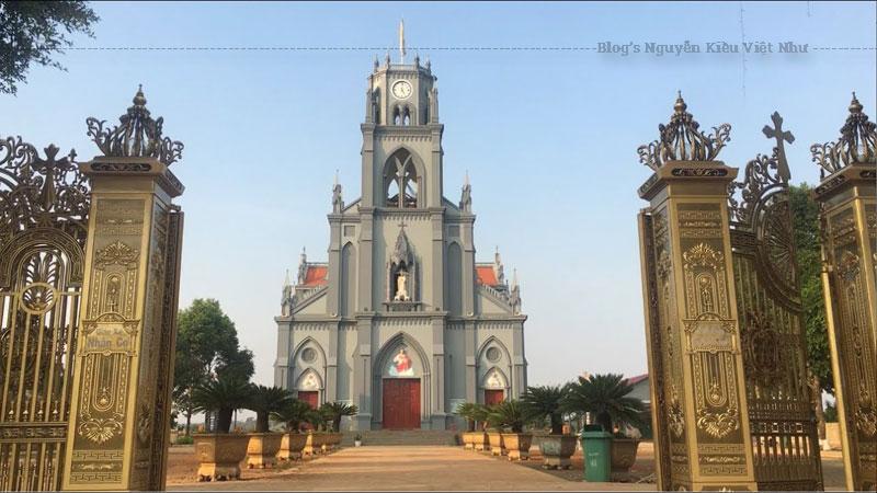 Nhà thờ giáo xứ Nhân Cơ tọa lạc trên khu đất rộng 10.970 m2, nằm trên quốc lộ 14, xa hơn thị xã Gia Nghĩa 8 km tính từ Ban Mê Thuột đi Sài Gòn.
