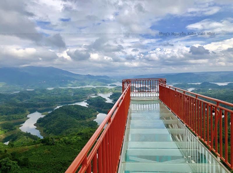 Cây cầu kính được dựng bằng kim loại, ốp kính dưới sàn, nơi bạn có thể ngắm toàn bộ khung cảnh hồ Tà Đùng.