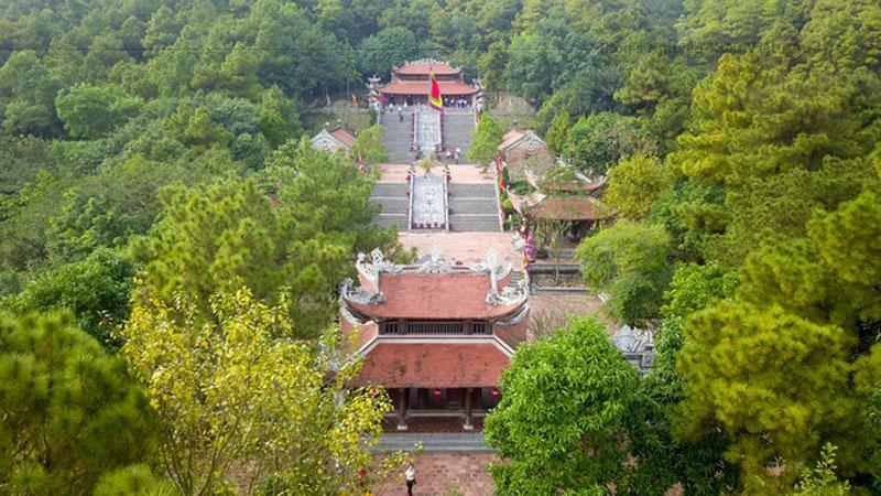 Ngay trước đền là đôi rồng đá mang phong cách kiến trúc đẹp tại Hải Dương thời Trần được chạm khắc tỉ mỉ, uy nghi.