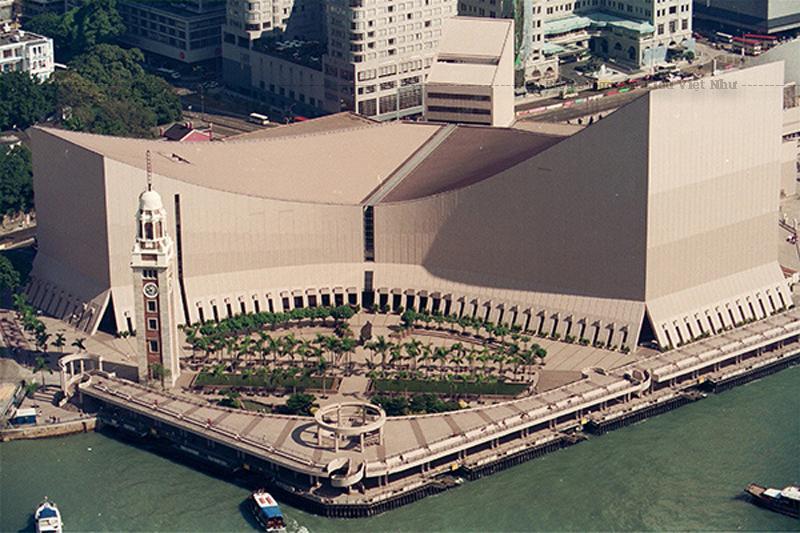 Trước đây, tòa nhà được mô tả giống như một đường dốc trượt tuyết khổng lồ và nó đã gặp phải một loạt các ý kiến trái chiều khi nó mở cửa vào năm 1989.