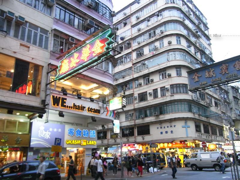 Tong Lau thường cao từ ba đến năm tầng, có ban công nhìn ra đường và được xây dựng theo các khối lặp đi lặp lại; đây được xem là một giải pháp phù hợp cho vấn đề bùng nổ dân số.