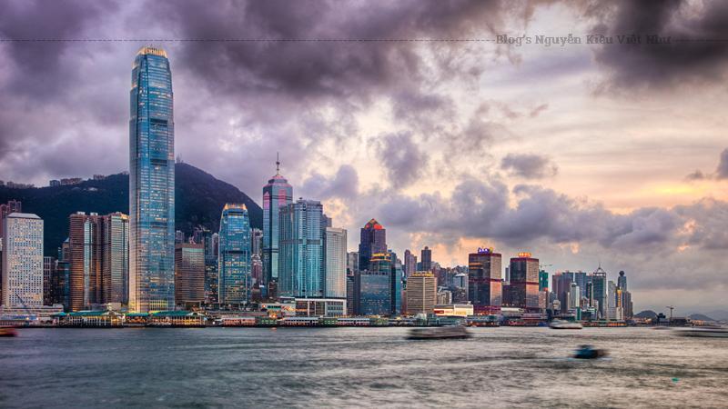 Do đất đai chật chội, còn ít tòa nhà lịch sử tồn tại ở Hồng Kông. Thay vào đó, thành phố này đã trở thành một trung tâm của kiến trúc hiện đại, đặc biệt là ở trong và xung quanh khu vực Trung Tây.