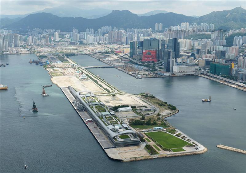 Sân bay này đã là sân nhà của hãng hàng không quốc gia Hồng Kông Cathay Pacific, cũng như của các hãng Dragonair, Air Hong Kong và Hong Kong Airways. Vời nhiều nhà chọc trời và núi nằm ở phía Bắc và đường băng duy nhất của nó chuồi ra Cảng Victoria.