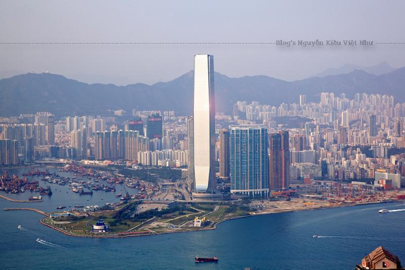 Các khu tiện nghi đáng chú ý bao gồm The Ritz-Carlton, Hồng Kông, và đài quan sát có tên Sky100.