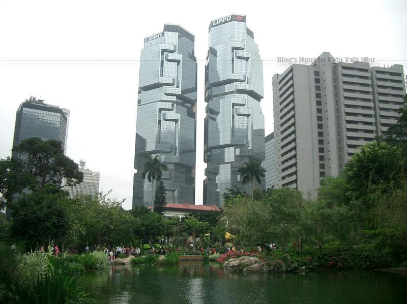 """Tòa nhà Lippo ở Hồng Kông với 46 tầng này còn được biết đến với biệt danh """"tòa nhà gấu Koala"""" bởi hình dạng của nó giống như một chú gấu Koala đang leo cây."""