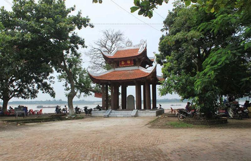 Ngoài kiến trúc độc đáo, đền Ða Hoà còn lưu giữ nhiều di vật quý hiếm, điển hình như: 3 cỗ ngai thờ bằng gỗ. Đây được coi là những cỗ ngai cổ nhất còn tìm thấy ở nước ta hiện nay; đôi lọ Bách thọ bằng gốm có một trăm chữ thọ không chữ nào giống chữ nào…
