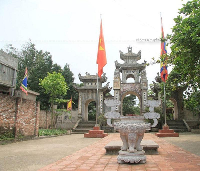 Đền thờ Hoàng thái hậu Ỷ Lan được miêu tả như một khu cảnh bình dị, dân dã trong con mắt của người dân địa phương và khách du lịch. Ở phía sau đền có một giếng nước rất trong quanh năm không cạn nước được người dân gọi là mắt rồng.