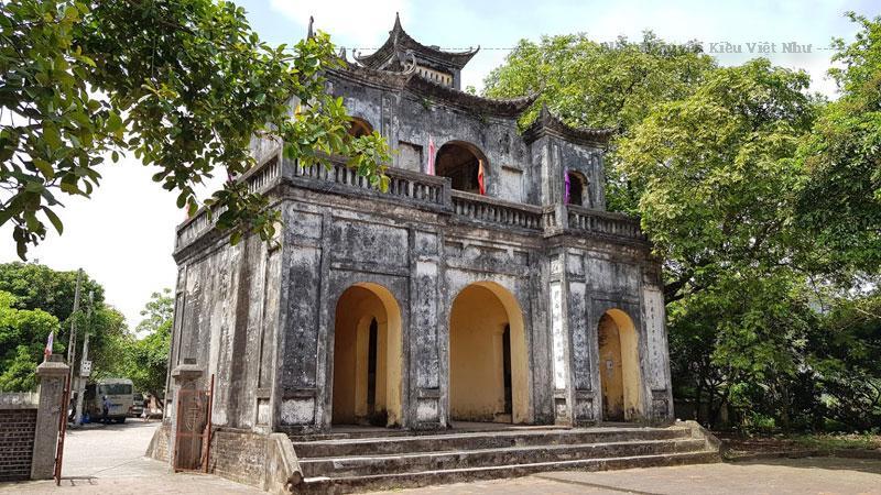 Văn miếu Xích Đằng có tên như vậy vì được xây dựng trên đất làng Xích Đằng, xưa kia là văn miếu của trấn Sơn Nam căn cứ vào khánh, chuông còn lại ở văn miếu.