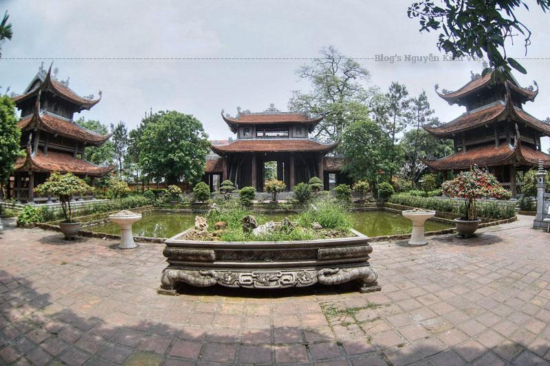 Ngôi chùa được nằm ẩn dưới những cây cổ thụ lớn với niên sử lâu đời. Theo người dân địa phương kể lại, kiến trúc chùa Nôm thiết kế theo kiểu chữ Đinh mang ý nghĩa kiên định, kiên cố.
