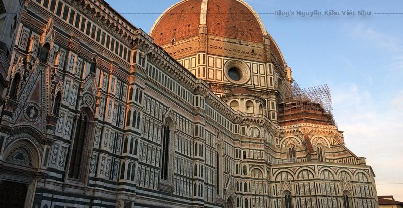 Khu phức hợp nhà thờ, nằm ở Piazza del Duomo, bao gồm Baptistery và Campanile của Giotto. Ba tòa nhà này là một phần của di sản thế giới được UNESCO công nhận bao và là điểm thu hút chính cho du khách đến thăm Tuscany.